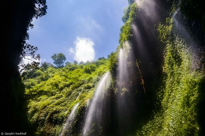 ADD in lockdown - zicht van onderaf op de Madakaripura watervallen